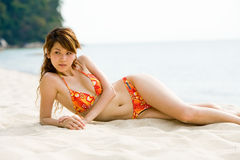 Frau im Bikini durch den Strand Lizenzfreie Stockbilder