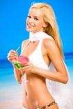 Frau im Bikini mit Cocktail Lizenzfreie Stockfotos