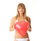 Frau im Bikini mit Inneres geformtem baloon Lizenzfreie Stockbilder
