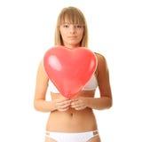 Frau im Bikini mit Inneres geformtem baloon Stockbilder