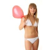Frau im Bikini mit Inneres geformtem baloon Lizenzfreies Stockfoto