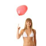 Frau im Bikini mit Inneres geformtem baloon Stockfoto