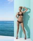 Frau im Bikini mit Sonnenbrille auf dem Kopf Stockbilder
