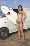 Frau im Bikini mit Surfbrett stockbild