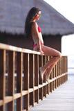 Frau im Bikini nahe tropischem Hotel Lizenzfreie Stockfotos