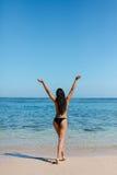 Frau im Bikini ruhige Natur genießend lizenzfreie stockfotografie