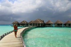 Frau im Bikini am tropischen Strand stockbild