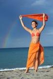Frau im Bikini und im pareo Holdingschal stockbild