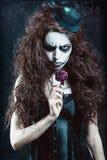 Frau im Bild des gotischen ungewöhnlichen Clowns mit verwelkter Blume Schmutzbeschaffenheitseffekt Lizenzfreie Stockbilder