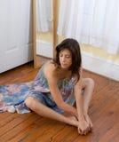 Frau im Bindungs-Färbungs-Kleid im Schlafzimmer Stockbilder
