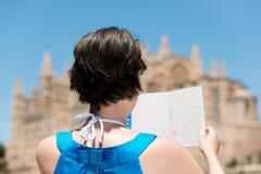 Frau im Blau betrachtet Karte lizenzfreies stockbild