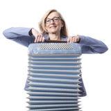Frau im Blau mit Gläsern hält accordeon und lächelt Lizenzfreie Stockbilder