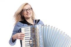 Frau im Blau mit Gläsern spielt accordeon und lächelt Lizenzfreies Stockfoto
