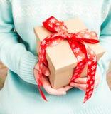 Frau im Blau strickte Strickjacke mit einem Geschenk Lizenzfreies Stockbild