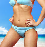 Frau im blauen Badeanzug Lizenzfreie Stockfotografie