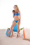 Frau im blauen Bikini auf Strand Lizenzfreie Stockfotos