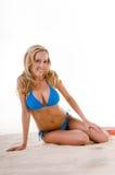Frau im blauen Bikini auf Strand Lizenzfreie Stockbilder