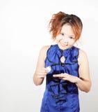 Frau im blauen Hemdtest eine Nagelfarbe lizenzfreies stockfoto