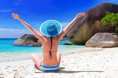 Frau im blauen Hut auf dem tropischen Strand Stockbild