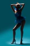 Frau im blauen Kleid Stockfoto
