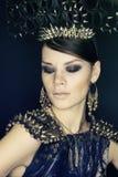 Frau im blauen Kleid und Headwear mit Spitzen Lizenzfreies Stockfoto