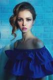 Frau im blauen Kleid und im Schmuck Lizenzfreies Stockfoto