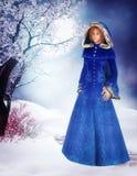 Frau im blauen Mantel stock abbildung