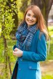 Frau im blauen Mantel Stockbild