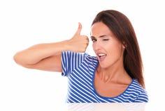Frau im blauen T-Shirt mit den Daumen oben blinzeln Stockfotos
