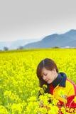 Frau im Blumengarten Lizenzfreie Stockfotografie