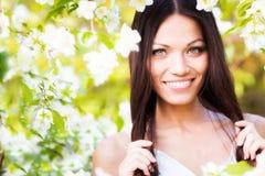 Frau im Blumengarten stockbild