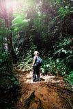 Frau im Borneo-Dschungel Lizenzfreie Stockfotografie
