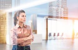 Frau im Braun in der Bürolobby, getont Lizenzfreie Stockbilder