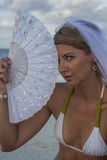 Frau im Brautschleier mit Fan Stockbild