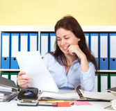 Frau im Büro einen Brief lesend Stockbild