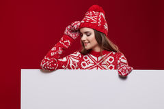 Frau im bunten Hut und Handschuhe, die von hinten whiteboard lugen stockfotos