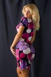 Frau im bunten Kleid Stockfotos