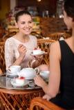 Frau im Café Lizenzfreie Stockbilder
