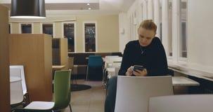 Frau im Café einsamen Abend mit Mobile verbringend stock footage