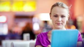 Frau im Café unter Verwendung ihrer Berührungsfläche stock video footage