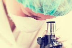 Frau im Chemielabor Stockbilder