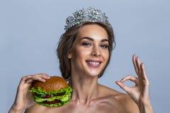 Frau im Diadem mit Burger des strengen Vegetariers stockbild
