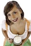 Frau im Dirndl lächelt und hält Bier Stein an lizenzfreies stockfoto