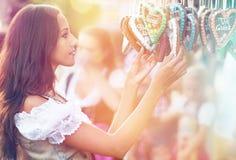 Frau im Dirndlkostüm mit Lebkuchenherzen Lizenzfreie Stockbilder