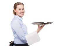 Frau im einheitlichen haltenen Behälter des Kellners Lächelnde blonde Frau Stockfotografie