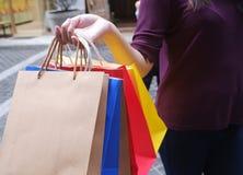 Frau im Einkaufen Glückliche Frau mit Einkaufstaschen genießend im Einkaufen stockfotografie