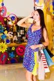 Frau im Einkaufszentrum Stockbild