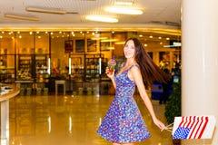 Frau im Einkaufszentrum Stockbilder