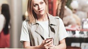 Frau im Einkaufszentrum lizenzfreies stockfoto