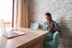 Frau im eleganten Kleid unter Verwendung der digitalen Tablette Stockbilder